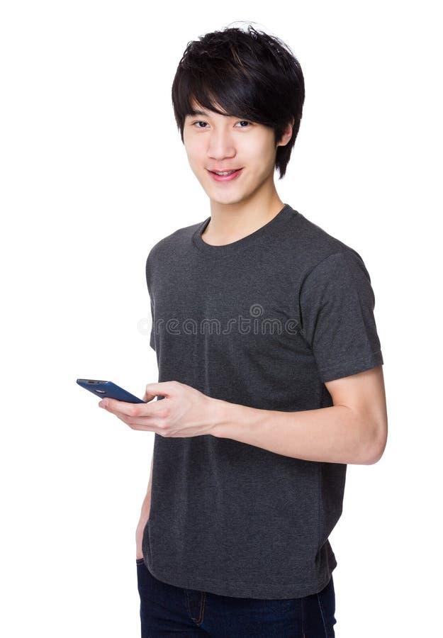 Uso asiático do homem do telefone celular fotografia de stock