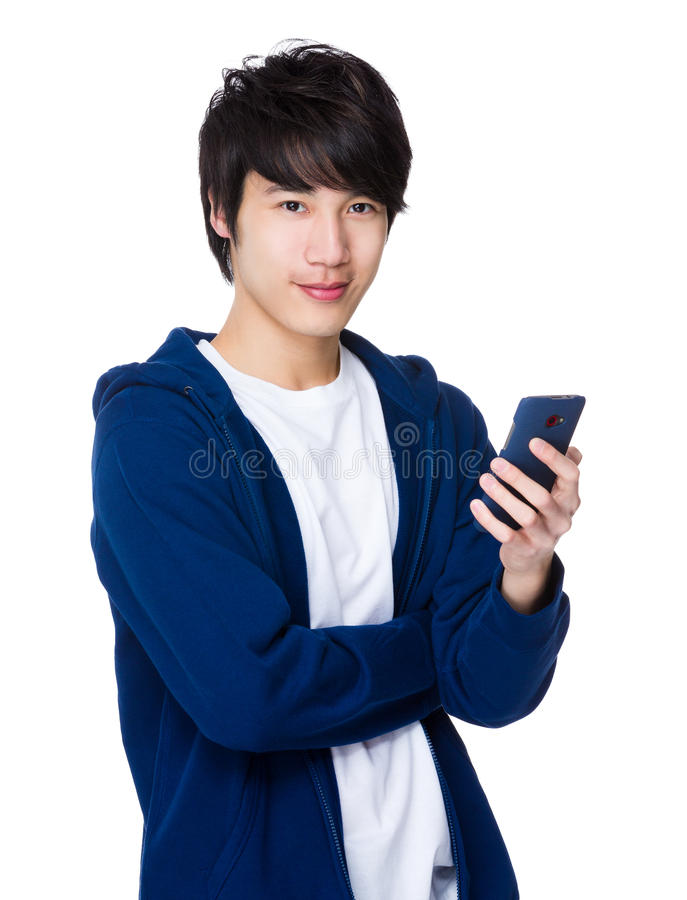 Uso asiático do homem novo do telefone celular foto de stock