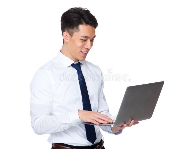 Download Uso Asiatico Dell'uomo D'affari Del Computer Portatile Immagine Stock - Immagine di commercio, mandarino: 55355543