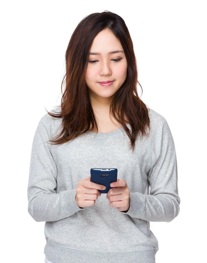Download Uso Asiatico Della Donna Del Cellulare Fotografia Stock - Immagine di coreano, signora: 55356594