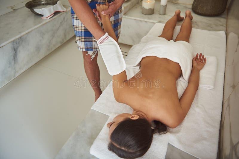 Uso attento dell'uomo kese mentre facendo procedura piacevole in bagno turco immagine stock libera da diritti