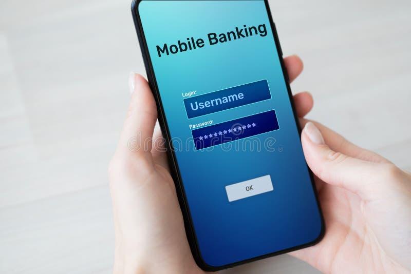 Uso bancario móvil del pago de Internet en la pantalla del smartphone fotos de archivo