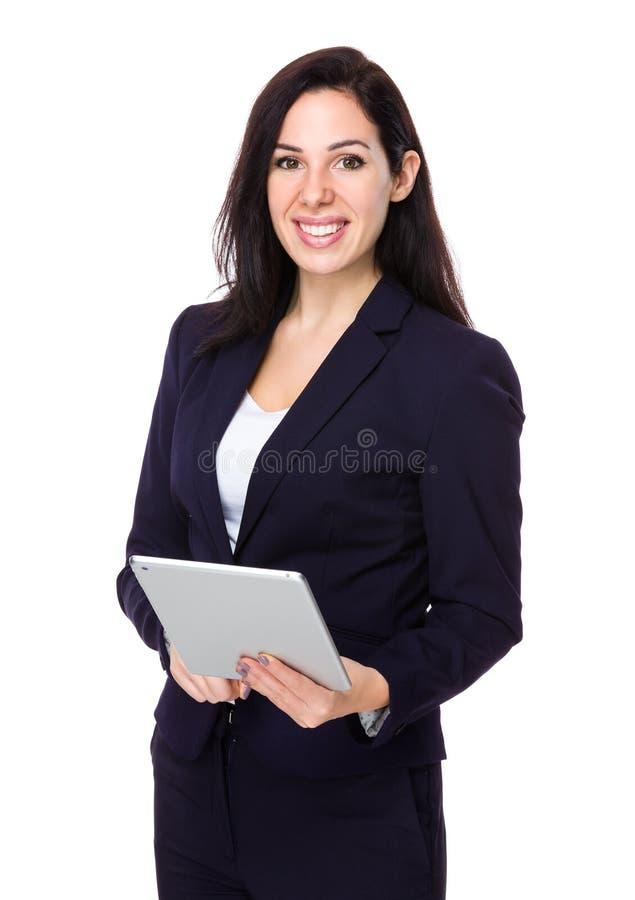Uso bonito da mulher de negócios da tabuleta digital foto de stock