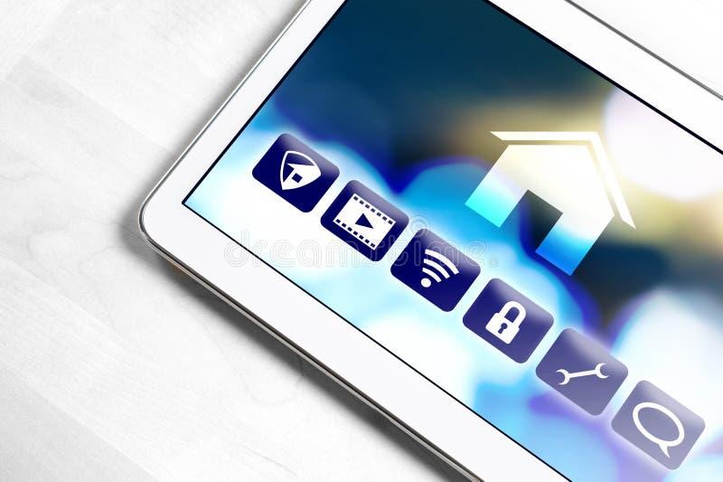 Uso casero elegante en la tableta para controlar dispositivos de la casa imagenes de archivo