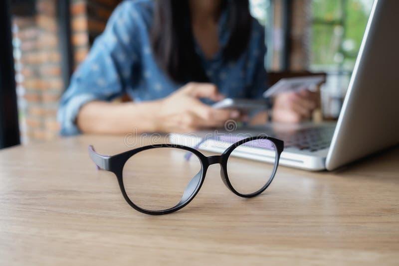 Uso da mulher de negócios em linha através do laptop para analisar a carta financeira imagens de stock