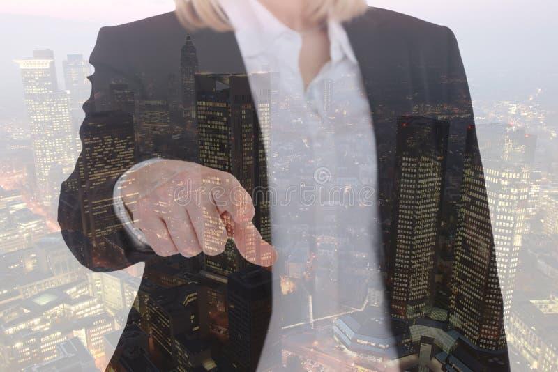 Uso de la empresaria de la mujer de negocios que busca la ciudad del encargado foto de archivo
