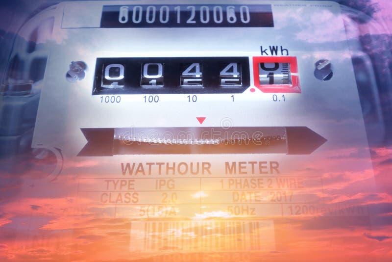 Uso de medição do poder do medidor da energia elétrica Hora m bonde do watt fotos de stock royalty free