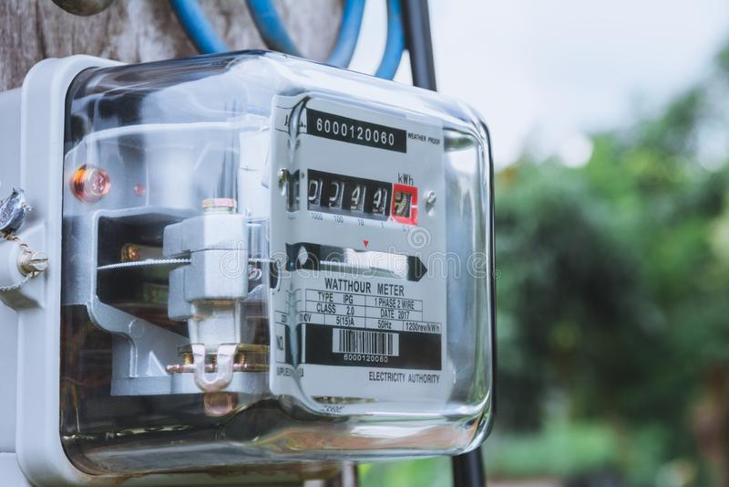 Uso de medição do poder do medidor da energia elétrica Hora m bonde do watt fotografia de stock