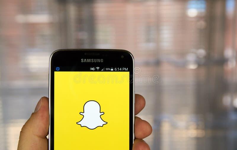 Uso de Snapchat en smartphone androide fotografía de archivo libre de regalías