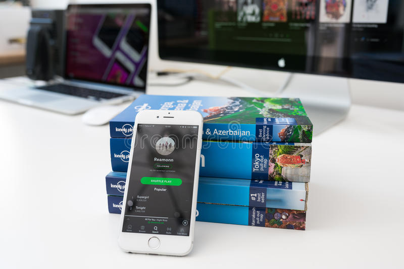 Uso de Spotify en una pantalla del teléfono móvil imagen de archivo libre de regalías