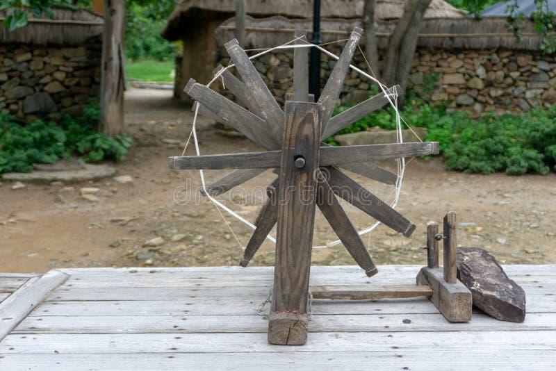 Uso de tecelagem tradicional velho do equipamento para fazer a tela ou o pano fotos de stock royalty free