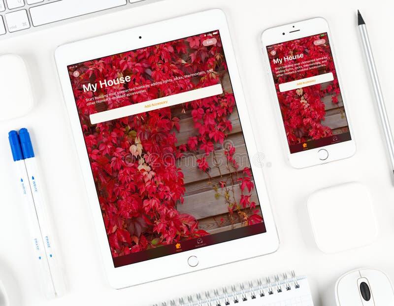 Uso de Twitter en la exhibición del iPad y del iPhone imagen de archivo libre de regalías
