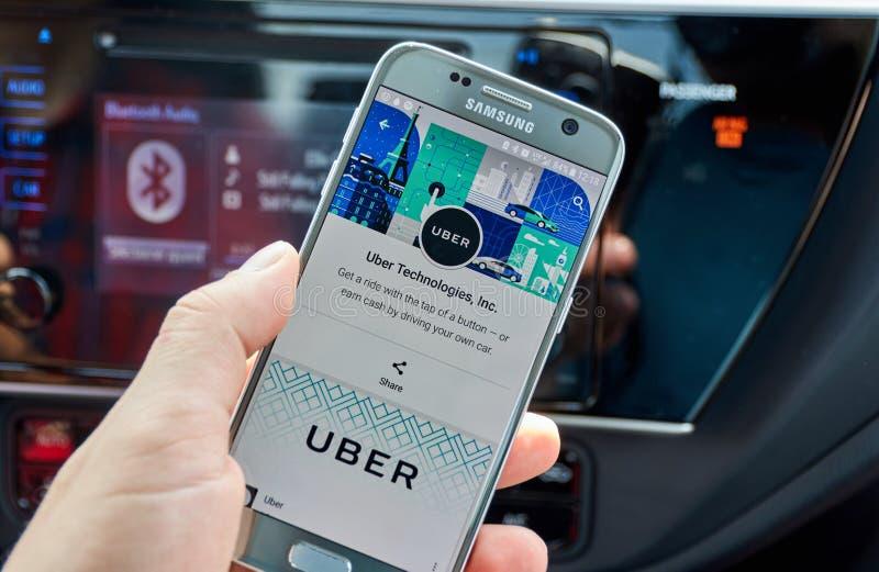 Uso de Uber en Samsung S7 fotos de archivo