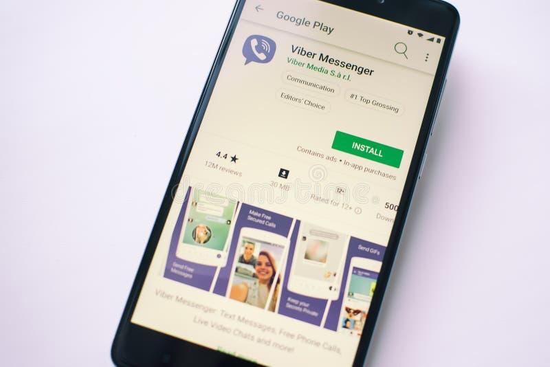 Uso de Viber en la pantalla del smartphone moderno fotos de archivo