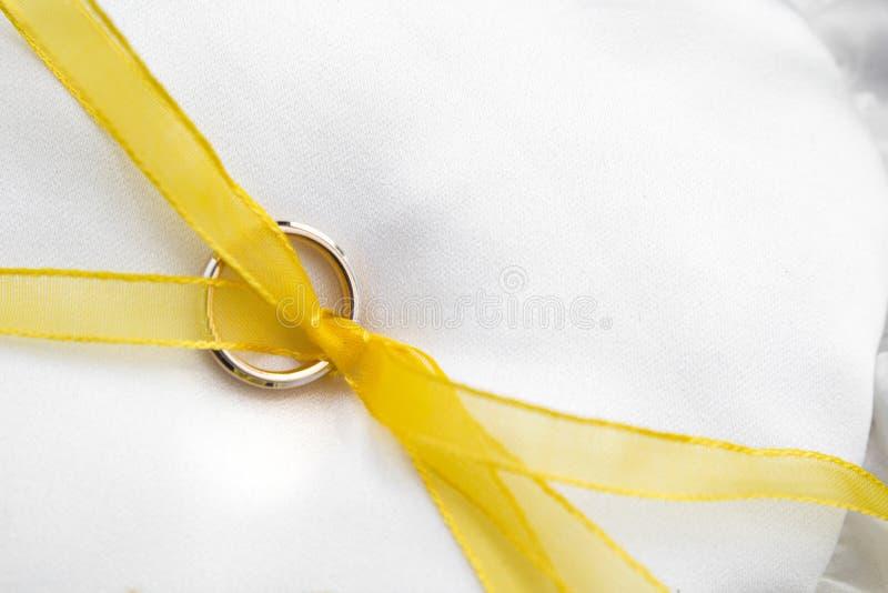 Uso del anillo de oro para las bodas fotografía de archivo libre de regalías