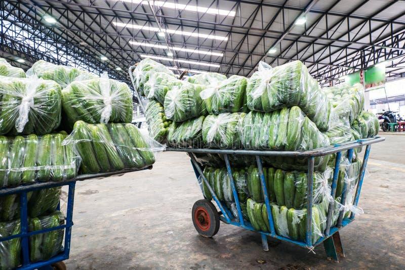 Uso del carretto per il mercato di verdure all'ingrosso immagine stock libera da diritti