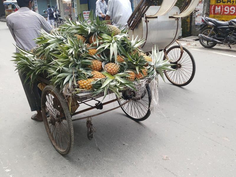 Uso del cochecillo chino para el transporte de mercancías foto de archivo libre de regalías