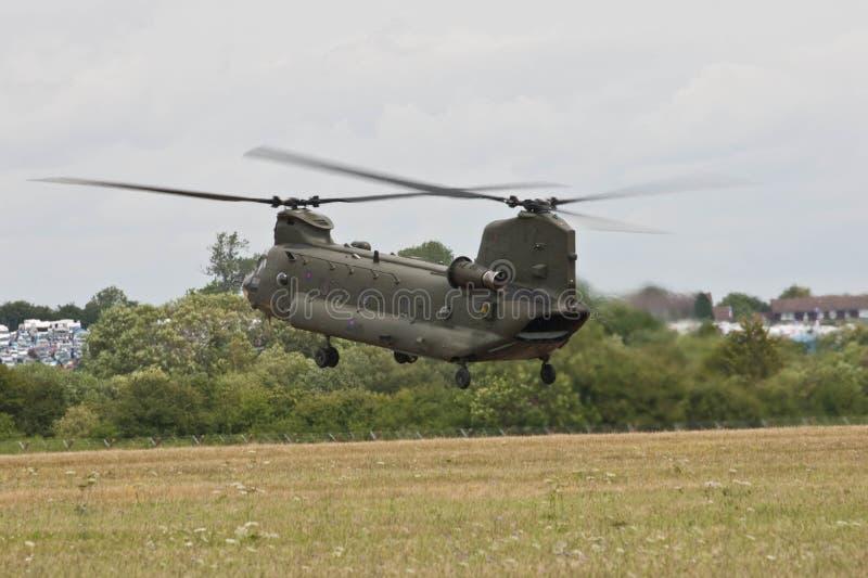 Uso del ejército británico de Chinook Helpicopter que aterriza en RAF Fairford para la exhibición de aire roja de las flechas imagen de archivo