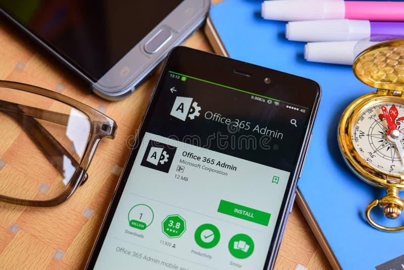 Uso del revelador del Admin de la oficina 365 en la pantalla de Smartphone imagenes de archivo