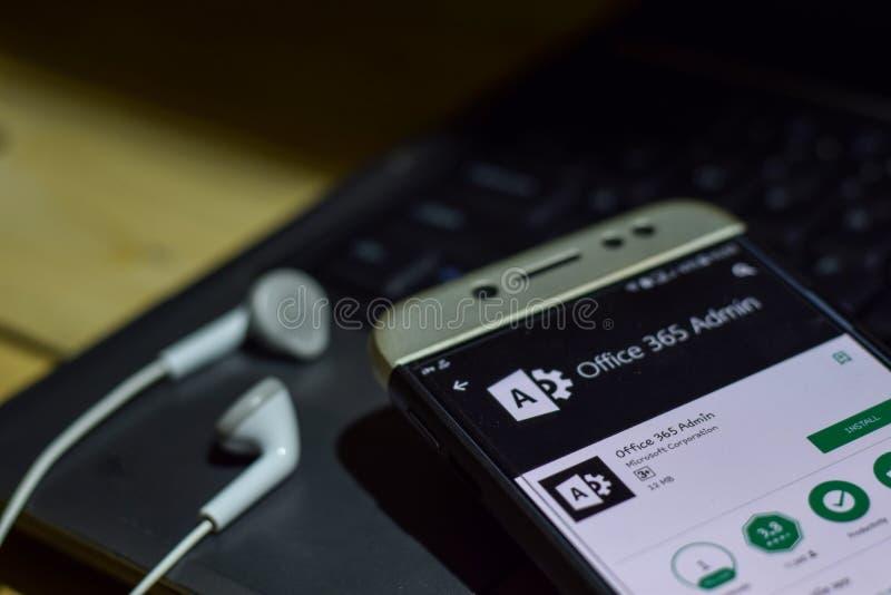 Uso del revelador del Admin de la oficina 365 en la pantalla de Smartphone imagen de archivo