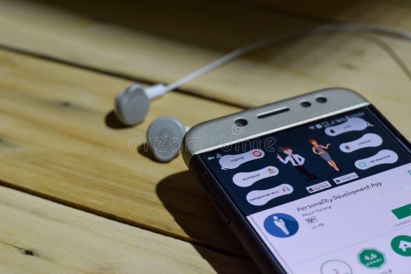 Uso del revelador del App del desarrollo de personalidad en la pantalla de Smartphone fotos de archivo libres de regalías