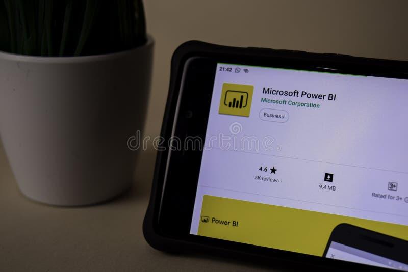 Uso del revelador del BI del poder de Microsoft en la pantalla de Smartphone El BI del poder es una web del freeware imágenes de archivo libres de regalías
