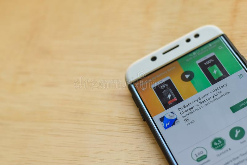 Uso del revelador de DU Battery Saver en la pantalla de Smartphone La vida del cargador de batería y de batería es explorador Web foto de archivo