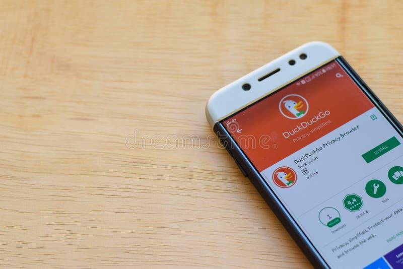 Uso del revelador de DuckDuckGo en la pantalla de Smartphone El navegador de la aislamiento es explorador Web del freeware desarr fotos de archivo libres de regalías