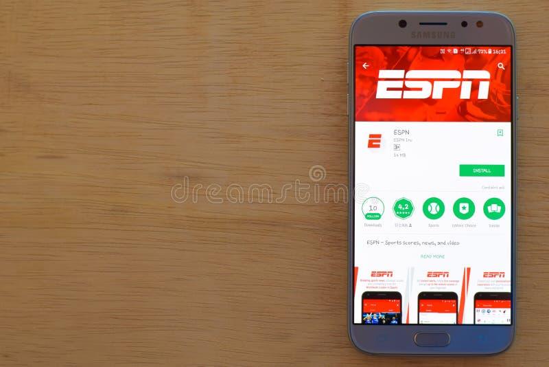 Uso del revelador de ESPN en la pantalla de Smartphone ESPN es explorador Web del freeware desarrollado por ESPN Inc imágenes de archivo libres de regalías
