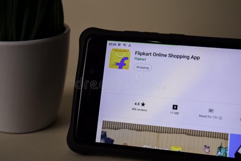 Uso del revelador de Flipkart en la pantalla de Smartphone Las compras en l?nea son una web del freeware fotografía de archivo libre de regalías