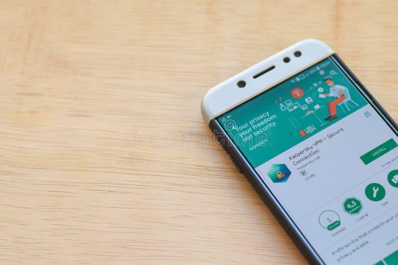 Uso del revelador de Kaspersky VPN en la pantalla de Smartphone La conexión segura es explorador Web del freeware desarrollado po foto de archivo