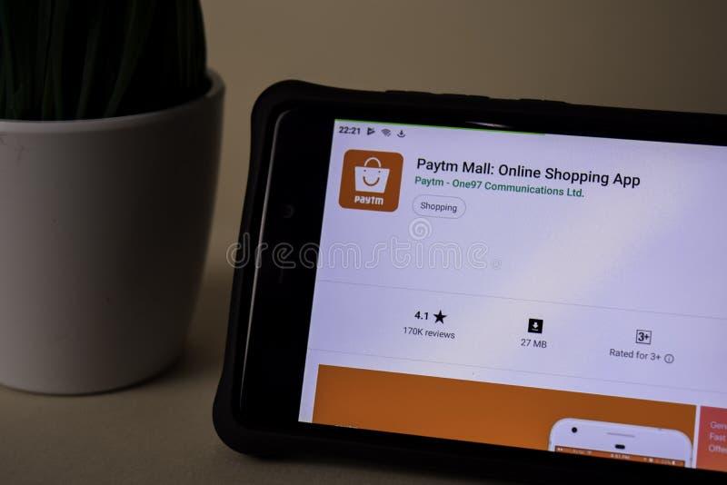 Uso del revelador de la alameda de Paytm en la pantalla de Smartphone Las compras en l?nea son una web del freeware fotografía de archivo