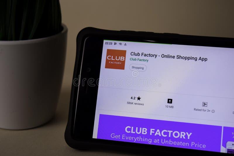 Uso del revelador de la fábrica del club en la pantalla de Smartphone Las compras en l?nea son una web del freeware imagenes de archivo
