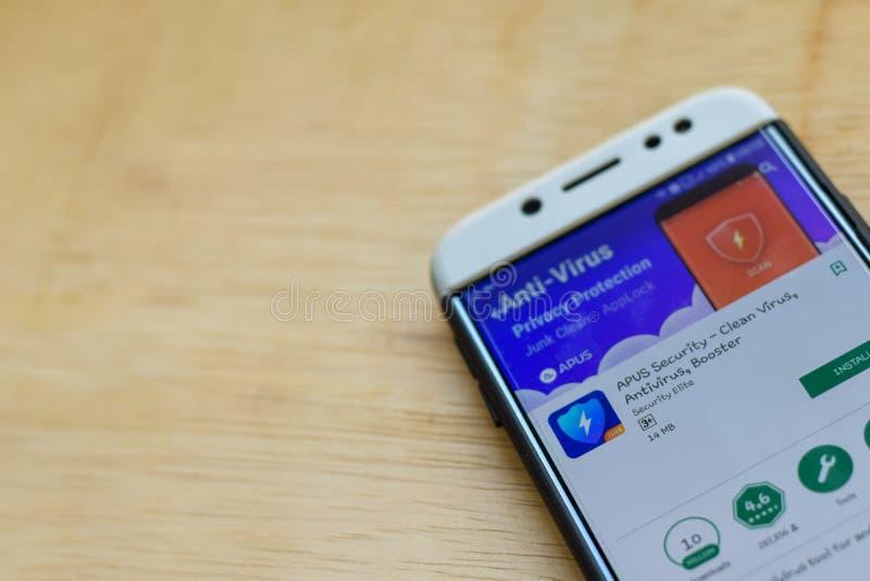 Uso del revelador de la seguridad de los APUS en la pantalla de Smartphone El virus limpio, antivirus, aumentador de presión es e foto de archivo