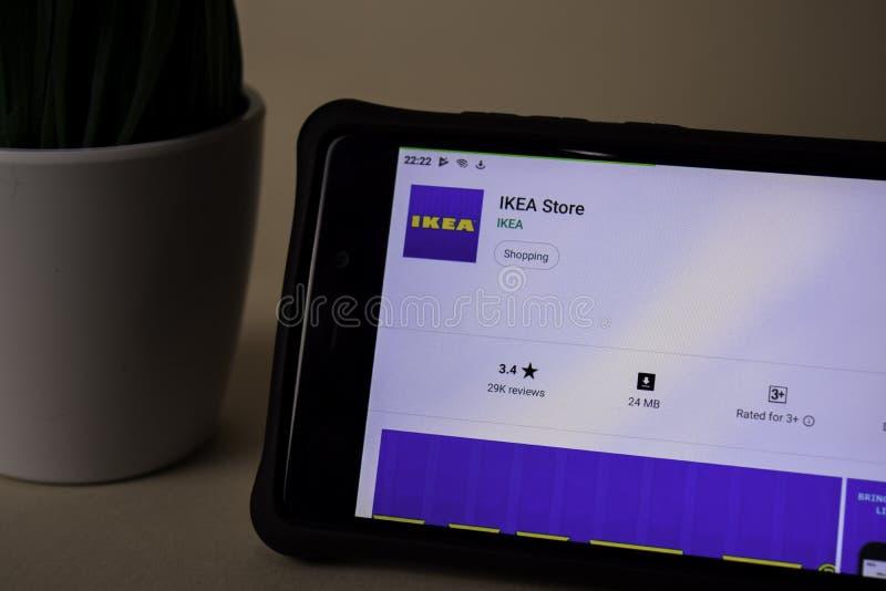 Uso del revelador de la tienda de IKEA en la pantalla de Smartphone La tienda de IKEA es una web del freeware fotografía de archivo