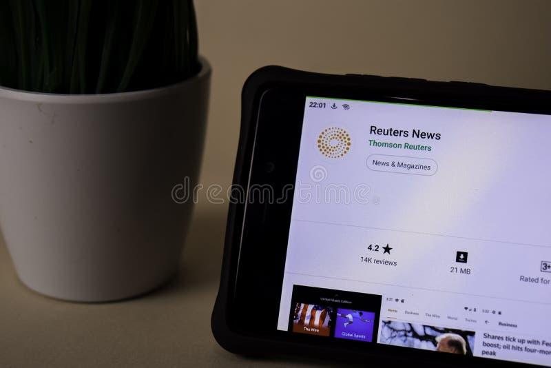 Uso del revelador de las noticias de Reuters en la pantalla de Smartphone Reuters es explorador Web del freeware fotos de archivo