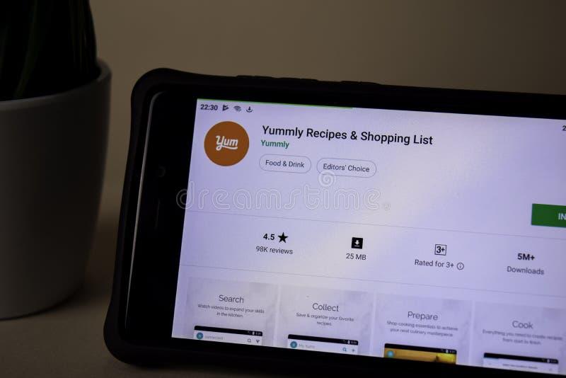 Uso del revelador de las recetas de Yummly en la pantalla de Smartphone La lista de compras es una web del freeware imagenes de archivo