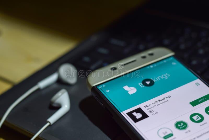 Uso del revelador de las reservaciones de Microsoft en la pantalla de Smartphone foto de archivo