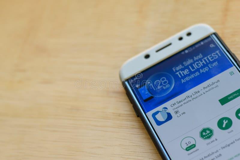 : Uso del revelador de Lite de la seguridad del cm en la pantalla de Smartphone El antivirus es explorador Web del freeware desar foto de archivo