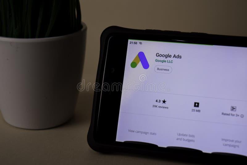 Uso del revelador de los anuncios de Google en la pantalla de Smartphone Los anuncios de Google son una web del freeware imagen de archivo