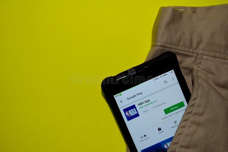 Uso del revelador de NBA en la pantalla de Smartphone fotografía de archivo