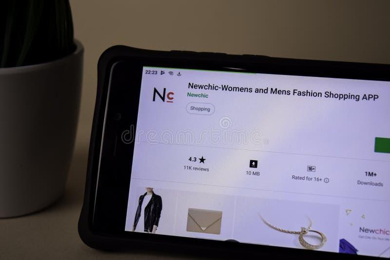 Uso del revelador de Newchic en la pantalla de Smartphone Las compras para mujer y para hombre de la moda son foto de archivo libre de regalías