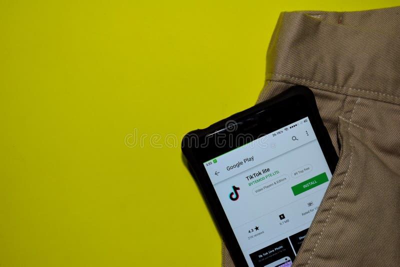 Uso del revelador de Tik Tok lite en la pantalla de Smartphone Tik Tok es explorador Web del freeware desarrollado cerca fotos de archivo