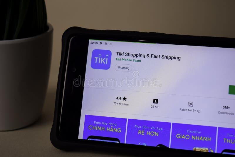 Uso del revelador de Tiki Shopping en la pantalla de Smartphone El envío rápido es una web del freeware imagen de archivo libre de regalías