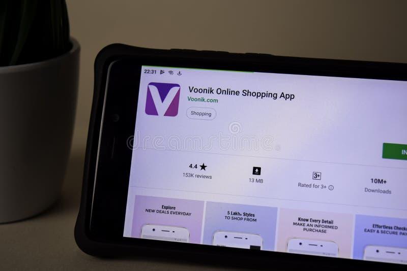 Uso del revelador de Voonik en la pantalla de Smartphone Las compras en l?nea son una web del freeware fotos de archivo