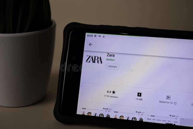 Uso del revelador de Zara en la pantalla de Smartphone Zara es explorador Web del freeware desarrollado fotos de archivo