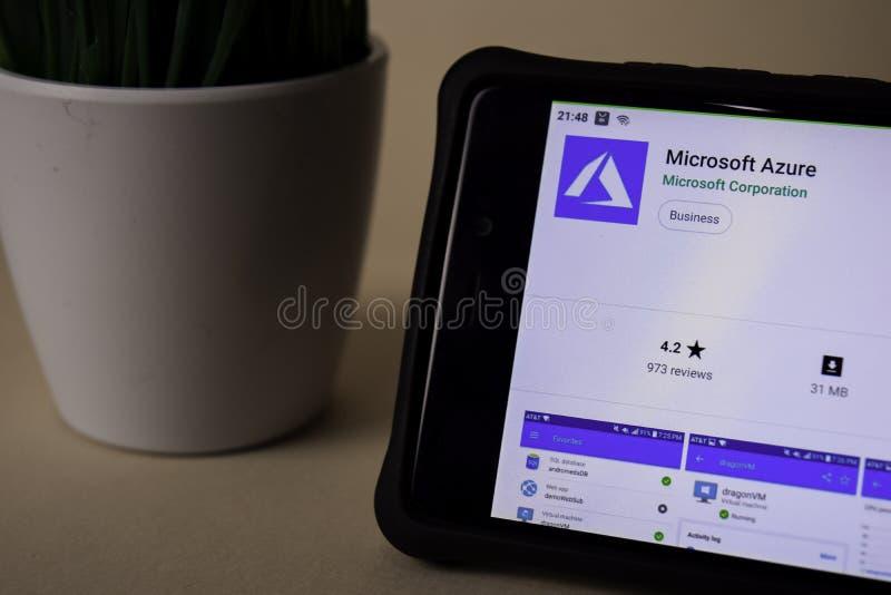 Uso del revelador del Microsoft Azure en la pantalla de Smartphone El azul es una web del freeware imagen de archivo libre de regalías