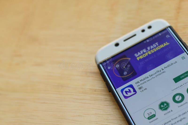 Uso del revelador del Mobile Security y del antivirus del NQ en la pantalla de Smartphone imagenes de archivo
