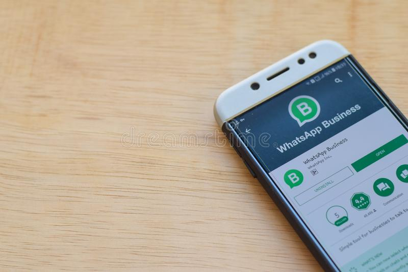 Uso del revelador del negocio de WhatsApp en la pantalla de Smartphone El negocio de WhatsApp es explorador Web del freeware desa imagen de archivo