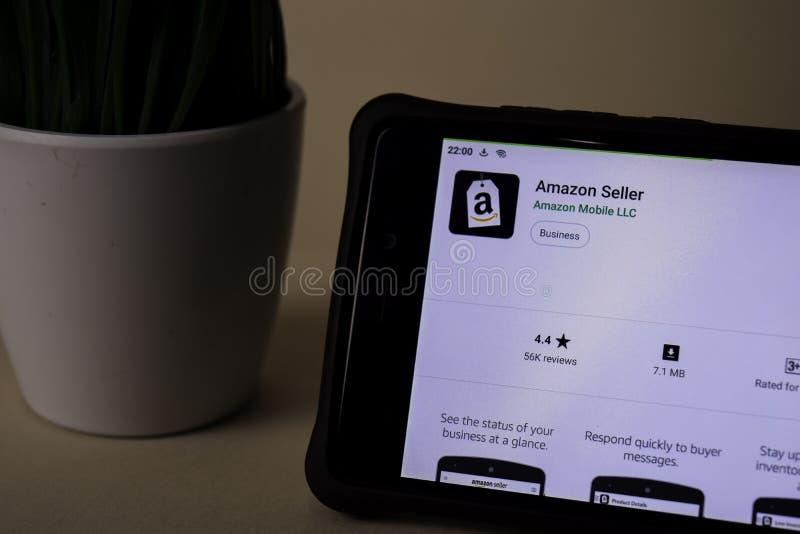 Uso del revelador del vendedor del Amazonas en la pantalla de Smartphone El vendedor del Amazonas es una web del freeware imagen de archivo libre de regalías